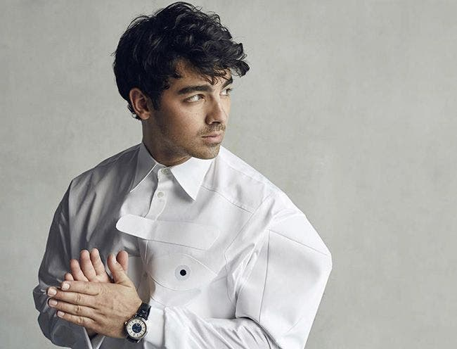 Joe Jonas wears Maurice Lacroix watch in glass magazine !