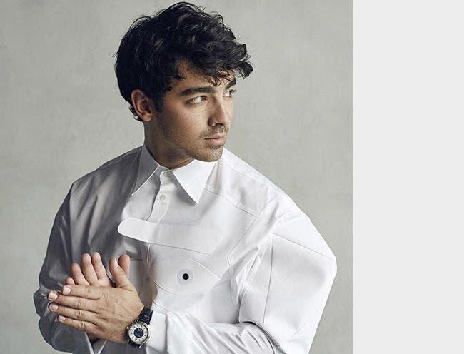 Joe Jonas porte une montre Maurice Lacroix dans le magazine Glass!